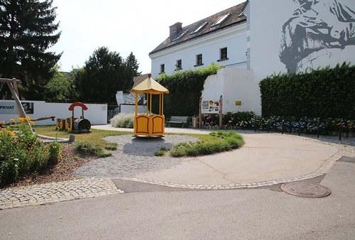 Eine Rampe führt zum Eingang vor dem Museum.